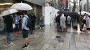 Apple, Apple Store, Menschen, Regen, Warteschlange, Schlange, Regenschirm