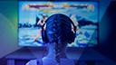 Gaming, Spiele, Konsole, Spielkonsole, Games, Tv, Fernsehen, Spielekonsole, Fernseher, Computer, Bildschirm, Kopfhörer, 4K, Monitor, TV-Gerät, Stockfotos, 8K, Cloud Gaming, Entertainment, Frau, Unterhaltung, Overear, Zopf