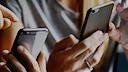 Smartphone, DesignPickle, Iphone, Smartphones, Mobilfunk, Handy, Chat, Kommunikation, Telefonie, Telefon, Telekommunikation, Telefonieren, Hände, Bedienung, Kommunizieren