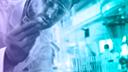 DesignPickle, Forschung, Wissenschaft, Stockfotos, Forscher, Labor, Wissenschaftler, Testlabor, scientist, Science, Chemie, Testen, Kittel, Forschen, Reagenzglas, Pipette, Schutzanzug, Laborkittel