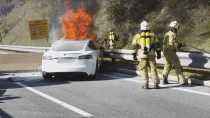 Tiroler Feuerwehr filmt spektakulären Brand eines Tesla Model S