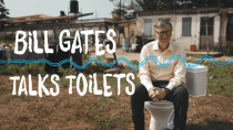 Mit Glas Kot: Bill Gates vereint Milliarden für seine Toilettenrevolution