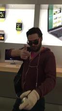 Video abspielen: Brachiale Beschwerde: Franzose zerstört iPhones im Apple Store